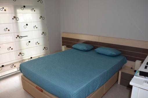 Elegantes Schlafzimmer mit direktem Terrassezugang