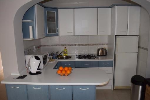 Offene, voll ausgestattete Einbauküche