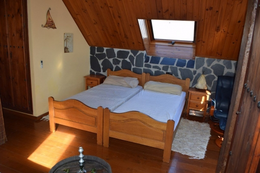 Gemütliches Schlafzimmer mit zwei Einzelbetten