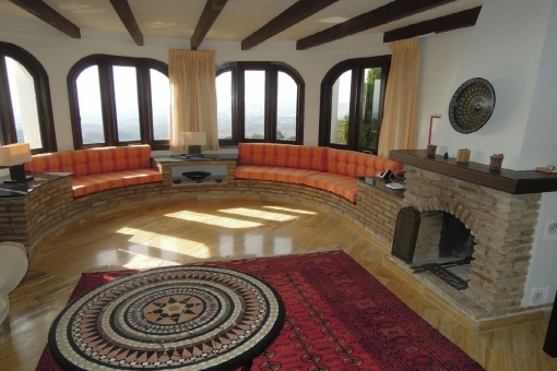 Light flooded living area with fireplace