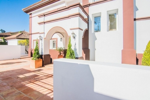 The villa has a living space of 274 sqm
