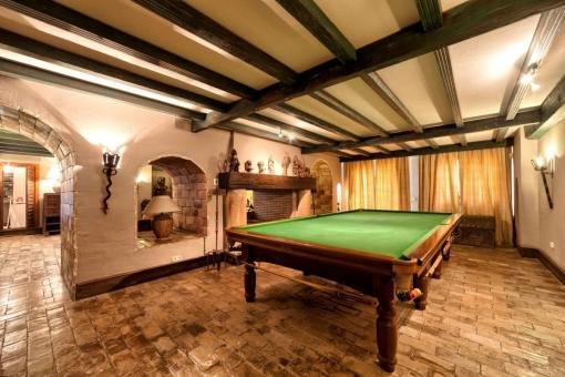 Entertainmentzone mit Billiard und Kamin