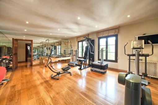 Großzügiges Fitnessstudio mit vielen Fitnessgeräte