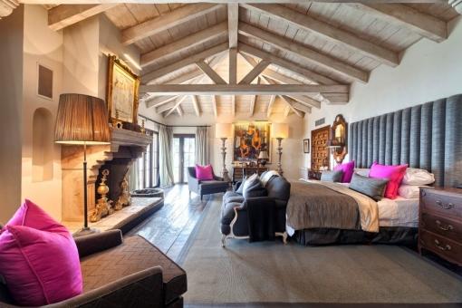 Alternative Ansicht vom exklusivem Schlafzimmer mit Kamin