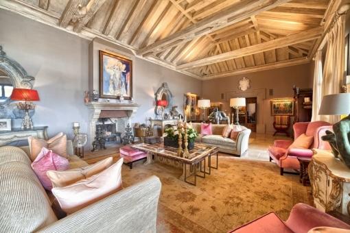 Luxuriöser Wohnbereich mit doppelt hohen Decken ausgestattet mit Holzbalken