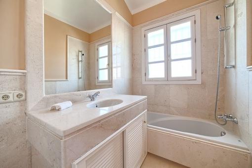Eines von vier Badezimmern
