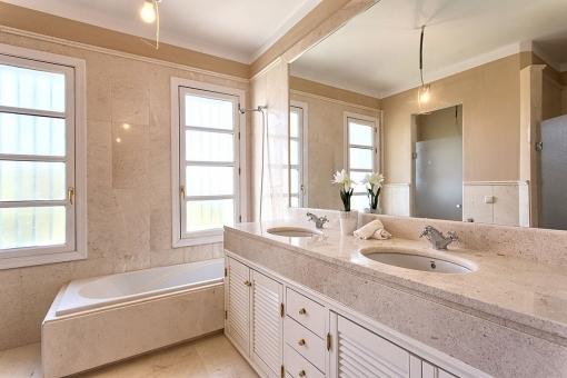 Geschmackvolles Badezimmer mit Fenster