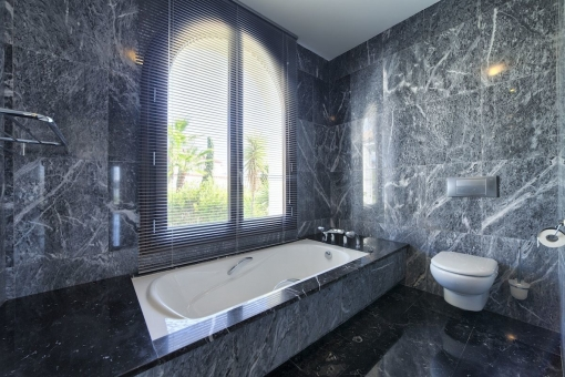 Modernes Badezimmer in Grau