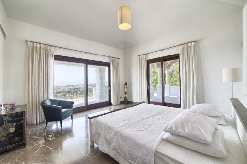 Nobles Hauptschlafzimmer mit Meerblick