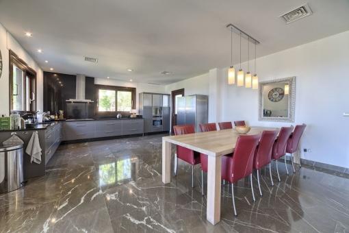 Perfekter Esstisch in der Küche