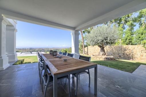 Überdachter Essbereich auf der Terrasse für entspannte Grillabende