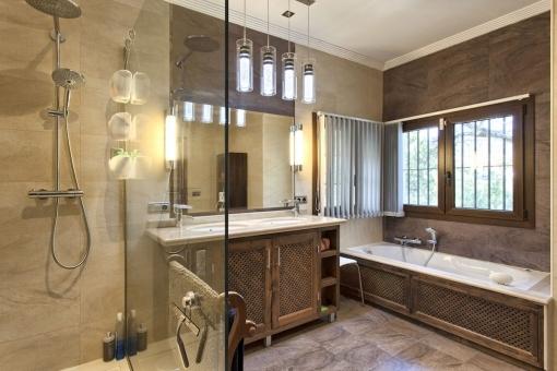 Geschmackvolles Badezimmer mit Badewanne und Regendusche