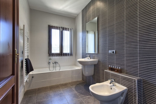 Weiteres modern gestaltetes Badezimmer