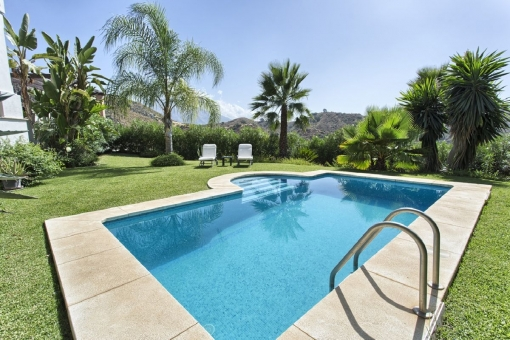 Very well-tended garden with pool