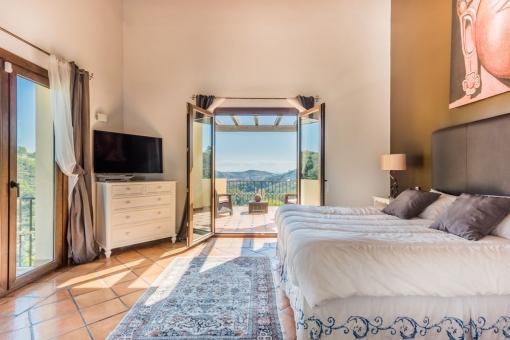 Eines von 6 Schlafzimmern mit Doppelbett