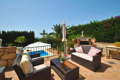 Terrasse mit Grill und Poolblick