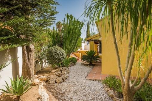 Seitenansicht der mediterranen Villa