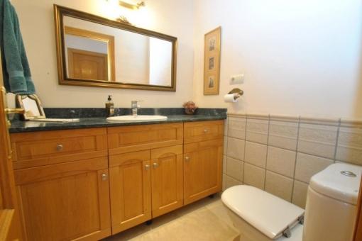 Einfach geschnittenes Badezimmer