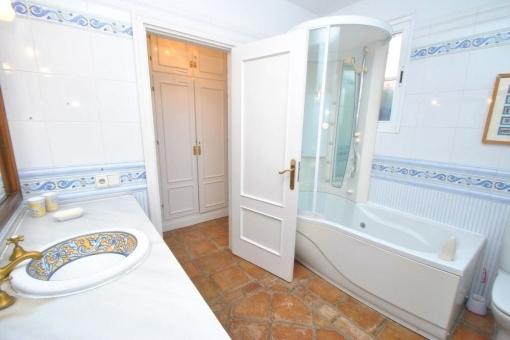 Stilvolles Badezimmer mit moderner Dusche
