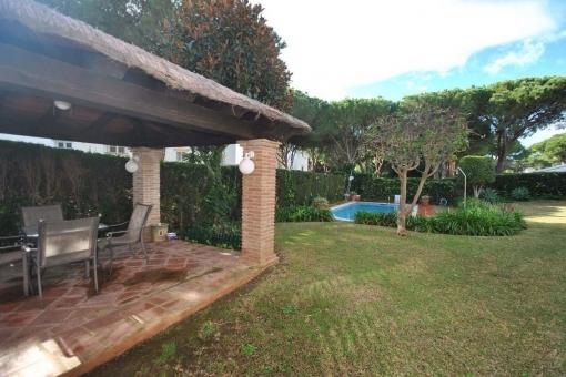 Gepflegter und großer Garten des Hauses mit privatem Pool