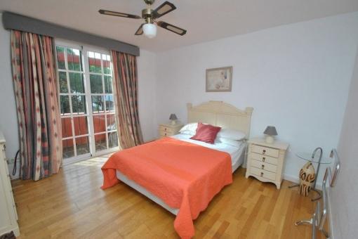 Eines von 5 Schlafzimmern mit Zugang zu einem kleinen Balkon