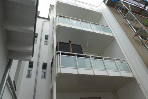 Das Mehrfamilienhaus verfügt über Balkone