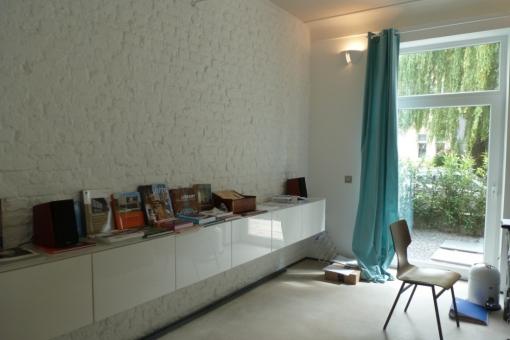 Moderner Wohnbereich mit Gartenzugang