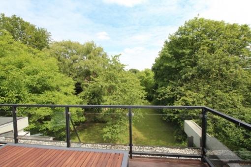Blick vom Balkon über den Garten