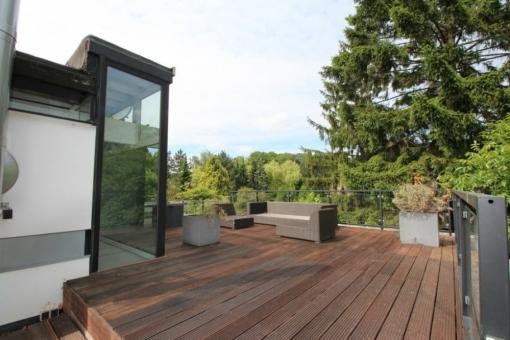 Großzügiger Loungebereich auf der Terrasse