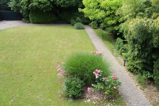 Ein kleiner Weg führt vom Haus durch den Garten