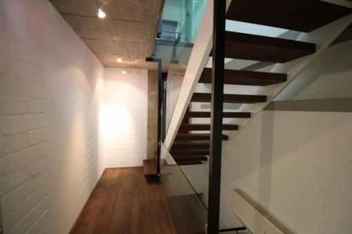 Ein offen gestalteter Flur verfügt über eine Treppe, die in das Obergeschoss führt