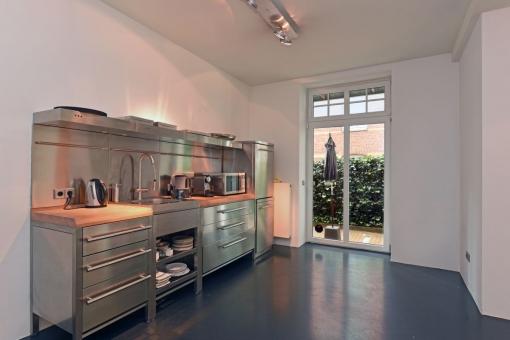 Große Küche mit Küchenzeile
