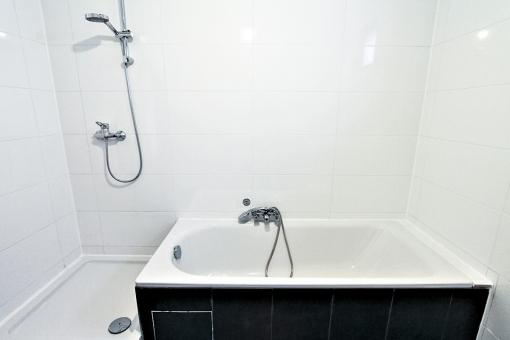 Badezimmer mit Badewanne und Dusche