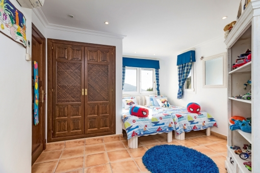 Geräumiges Kinderzimmer mit 2 Einzelbetten
