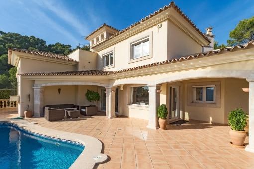 Teilweise überdachte Terrasse und Poolbereich