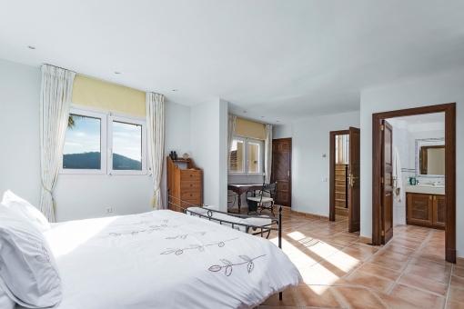 Das Hauptschlafzimmer verfügt über ein Badezimmer en Suite