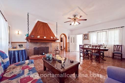 Wohnzimmer mit offenem Kamin und Essbereich