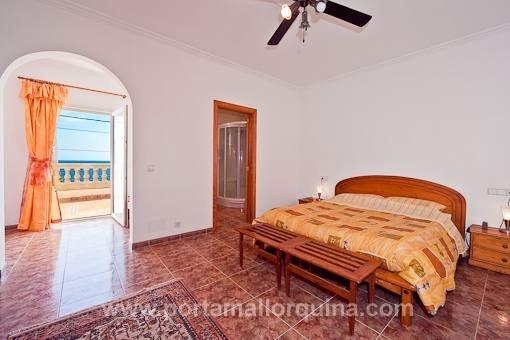 Hauptschlafzimmer mit Bad en Suite und Meerblickterrasse
