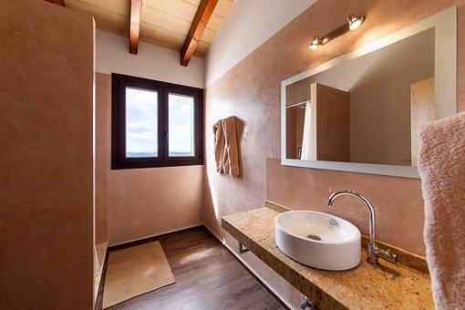 Modernes Hauptbadezimmer