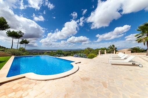 Sonnige Terrassen neben dem Pool mit fantastischer Aussicht