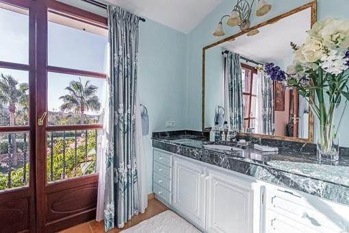 Beeinruckender Ausblick vom Badezimmer
