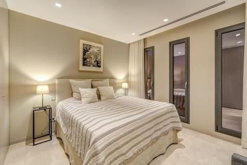 Eines von 6 möblierten Schlafzimmern