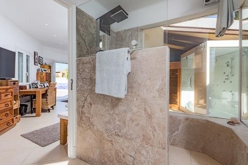 Bedroom with bathroon en suite and shower
