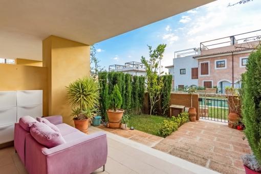 Überdachte Terrasse mit Loungbeich