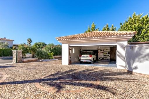 Große Einfahrt mit Garage für zwei Autos