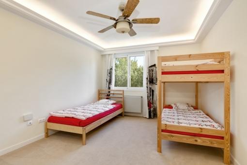 Eins von sechs Schlafzimmern