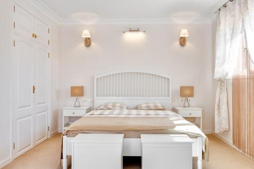 Freundliches Schlafzimmer mit Einbauschrank