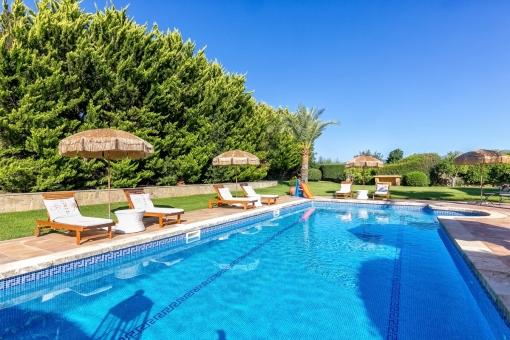 Großer Poolbereich mit gepflegtem Garten