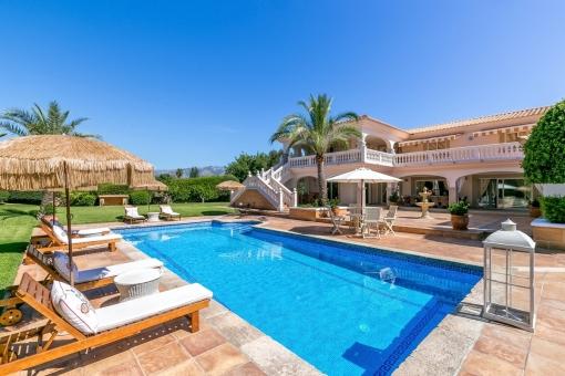 Sonniger Poolbereich umgeben von Terrassen