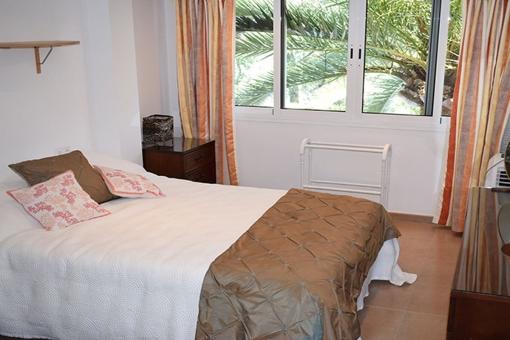 Eines der 4 Schlafzimmer mit Doppelbett